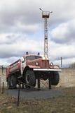 Brandvrachtwagen ac-40 op chassis ZIL 157A dichtbij firehouse in de stad Kadnikov Stock Foto's