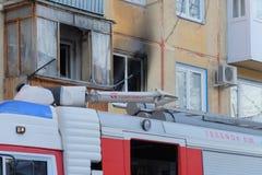 Brandvrachtwagen in de werf van het huis Stock Foto