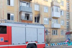 Brandvrachtwagen in de werf van het huis Stock Afbeeldingen