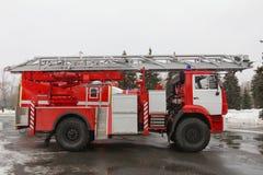 Brandvrachtwagen met ladders en slangen - groot rood Russisch brandbestrijdingsvoertuig Stock Foto