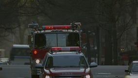 Brandvrachtwagen in NYC stock video