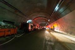 Brandvrachtwagens die een grote tunnel met rode lichten voor redding ingaan Stock Foto's
