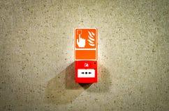 Brandwaarschuwingsbord op marmeren muur royalty-vrije stock afbeelding