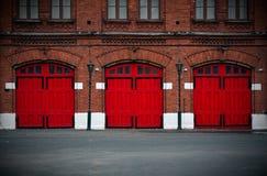 Brandweerkazerne met rode deuren Stock Foto