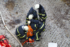 Brandweerkorpsen en de teams van de noodsituatiereactie op boor stock afbeeldingen