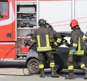 Brandweerlieden in actie tijdens het verkeersongeval royalty-vrije stock fotografie