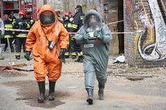 Brandweerlieden in beschermend kostuum Stock Afbeeldingen