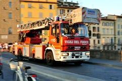 Brandweerlieden in de auto die op een opdracht, Italië gaan Stock Foto