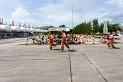 Brandweerlieden die een vuurzee met reusachtige vlammen van het branden van hout bestrijden stock foto's