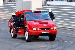 Brandweerlieden die in rode Rinoceros tijdens NDP 2009 aankomen royalty-vrije stock foto