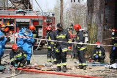 Brandweerlieden die voor actie voorbereidingen treffen Royalty-vrije Stock Foto