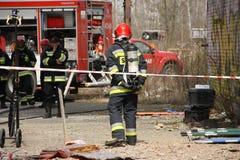 Brandweerlieden die voor actie voorbereidingen treffen Royalty-vrije Stock Fotografie