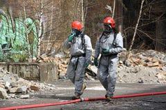 Brandweerlieden in licht beschermend kostuum Stock Foto