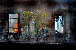 Brandweerlieden in Venster het vechten Brand Royalty-vrije Stock Afbeelding