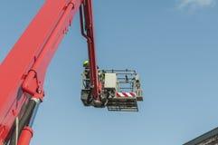 Brandweerman in actie hoog in de lucht stock afbeelding