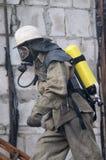 Brandweerman in ademhalingsapparaat Stock Foto's