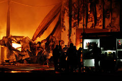 Brandweerman bij brand Stock Fotografie