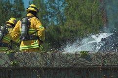 Brandweerman bij scène van autobrand Stock Afbeelding