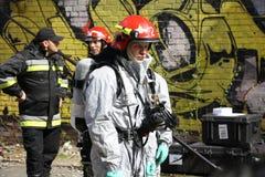 Brandweerman in licht beschermend kostuum Stock Foto