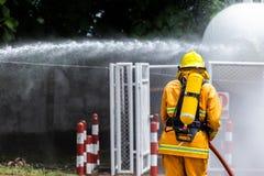 Brandweerman op de brand royalty-vrije stock afbeeldingen