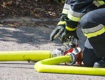 Brandweerman op het werk royalty-vrije stock afbeelding