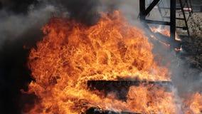 Brandweerman snel omhoog de treden tijdens de brand stock videobeelden