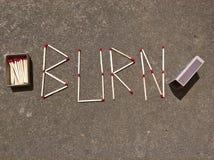 Brandwond het Van letters voorzien en de Gelijkedoos Stock Foto's