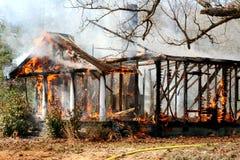 Brandwond onderaan huisbrand stock foto