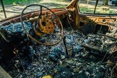 Brandwond uit auto, binnen mening, roestig stuurwiel stock afbeeldingen