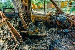 Brandwond uit auto, binnen mening, roestig stuurwiel stock foto's