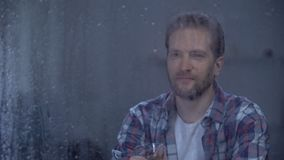 Brandy bevente dell'uomo felice da solo il giorno piovoso, celebrante promozione di carriera stock footage