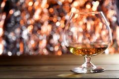 Brandy del coñac en luces de la Navidad Foto de archivo libre de regalías