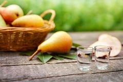 Brandy della pera in vetro di colpo con la pera Immagine Stock Libera da Diritti