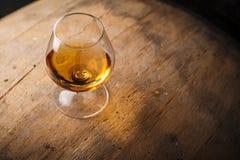Brandy su un barilotto Fotografie Stock Libere da Diritti