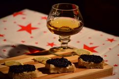 Brandy, tostada con mantequilla, caviar y limón Fotos de archivo