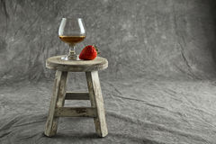 Brandy truskawka na Żyłkowanym tle na Małej stolec i snifter Obraz Royalty Free