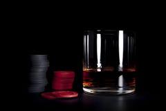 Brandy y fichas de póker Fotografía de archivo libre de regalías