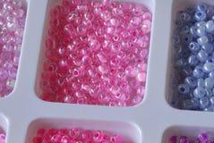 Branelli dentellare e perle viola fotografia stock libera da diritti