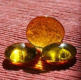 Branelli di vetro gialli sul panno Immagini Stock