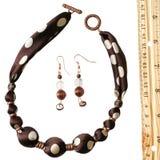 Branelli ed orecchini di seta del puntino di Polka del Brown Fotografia Stock