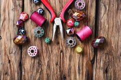 branello Perle fatte a mano che rendono a donne gli accessori Fotografie Stock
