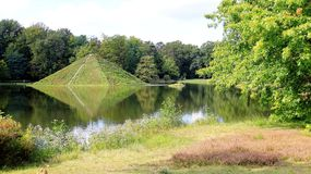 Branitz金字塔海岛的公园和反射在夏天 免版税库存图片