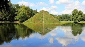 Branitz-Park im Sommer mit grüner Landschaft Lizenzfreies Stockfoto