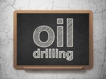 Branschbegrepp: Olje- borrande på svart tavlabakgrund Arkivfoto
