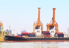 Branschbehållareskepp på port för importexportgods som handlar, och sändningsaffär Arkivfoto