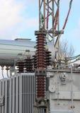 Branschkraftverk med den höga spänningskraftledningen Arkivbilder