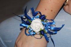 Bransoletka dla drużki z sztucznymi kwiatami fotografia royalty free