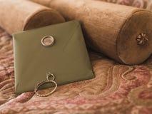 Bransoletka i pierścionek z kamieniem pojęcia sukni panny młodej portret schodów poślubić zdjęcia royalty free