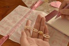 Bransoletka perła, pisze liście na walentynkach Fotografia Stock