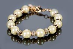 Bransoletka perły na szarym tle Zdjęcie Royalty Free